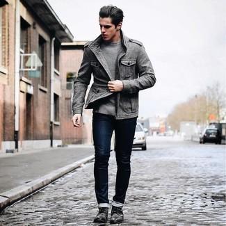 Cómo combinar: chaqueta militar gris, jersey con cuello circular gris, vaqueros pitillo azul marino, zapatos derby de cuero negros