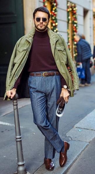 Cómo combinar: chaqueta militar verde oliva, jersey de cuello alto burdeos, pantalón de vestir azul marino, mocasín de cuero marrón