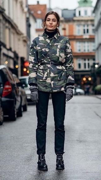 Cómo combinar unos guantes de lana grises: Ponte una chaqueta militar de camuflaje verde oscuro y unos guantes de lana grises para un look agradable de fin de semana. Con el calzado, sé más clásico y completa tu atuendo con botas planas con cordones de cuero negras.