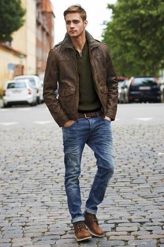 Una chaqueta militar de cuero marrón oscuro y unos pantalones son prendas que debes tener en tu armario. Dale onda a tu ropa con botas de cuero marrón oscuro.