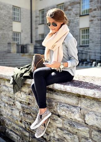 Ponte una ropa de abrigo y unos vaqueros pitillo azul marino para una apariencia fácil de vestir para todos los días. Un par de zapatillas slip-on de serpiente grises se integra perfectamente con diversos looks.