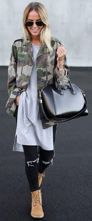 Cómo combinar: chaqueta militar de camuflaje verde oliva, túnica gris, vaqueros pitillo negros, botas planas con cordones de ante marrón claro