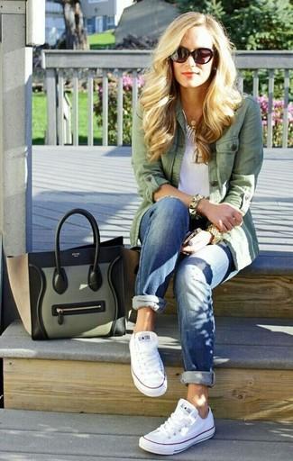 Cómo combinar un collar plateado para mujeres de 30 años: Ponte una chaqueta militar verde y un collar plateado transmitirán una vibra libre y relajada. Haz tenis blancos tu calzado para mostrar tu lado fashionista.