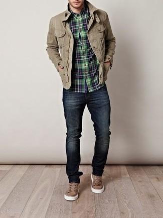 Los días ocupados exigen un atuendo simple aunque elegante, como una chaqueta militar verde oliva y unos pantalones. Zapatillas plimsoll marrónes son una opción atractiva para completar este atuendo.