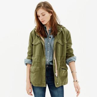 Cómo combinar: chaqueta militar verde oliva, camisa de vestir de cambray celeste, vaqueros pitillo azul marino