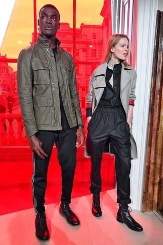 Cómo combinar: chaqueta militar verde oliva, camiseta con cuello circular negra, pantalón chino negro, zapatillas altas de cuero negras
