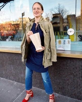 Cómo combinar unos zapatos de tacón de ante rojos: Opta por una chaqueta militar verde oliva y unos vaqueros desgastados azules transmitirán una vibra libre y relajada. Zapatos de tacón de ante rojos son una opción inmejorable para complementar tu atuendo.