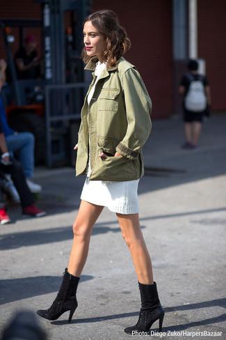 Look de Alexa Chung: Chaqueta Militar Verde Oliva, Vestido Jersey Blanco, Botines de Ante Negros