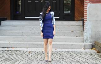 Cómo combinar: chaqueta motera a cuadros en blanco y azul, vestido ajustado azul, zapatos de tacón de ante celestes