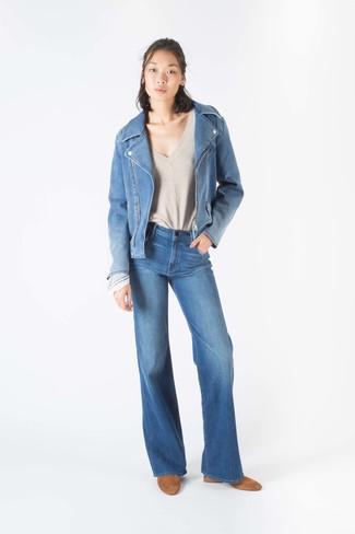 Cómo combinar: chaqueta motera vaquera azul, jersey de pico en beige, vaqueros de campana azules, botines de ante marrón claro