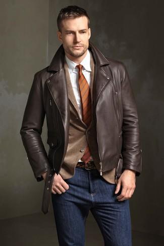 Cómo combinar: chaqueta motera de cuero en marrón oscuro, blazer de pana marrón, camisa de vestir de rayas verticales blanca, vaqueros azul marino