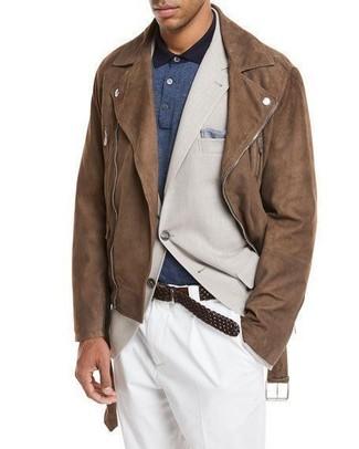 Cómo combinar: chaqueta motera de ante marrón, blazer en beige, camisa polo azul marino, pantalón de vestir blanco