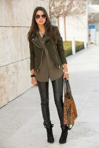 Cómo combinar una chaqueta motera verde oliva: Mantén tu atuendo relajado con una chaqueta motera verde oliva y unos leggings de cuero negros. Botines de ante en marrón oscuro son una opción estupenda para completar este atuendo.
