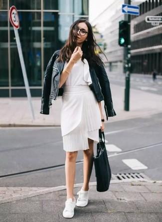 Cómo combinar: chaqueta motera de cuero acolchada negra, blusa sin mangas con volante blanca, falda lápiz blanca, tenis blancos