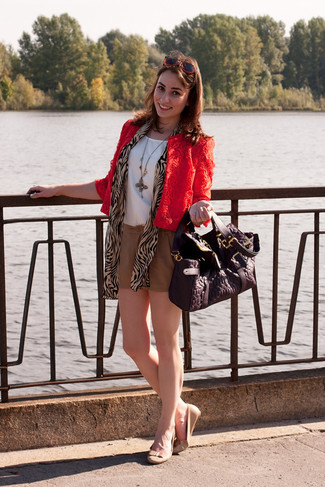 Cómo combinar: chaqueta motera de encaje roja, blusa sin mangas de seda blanca, pantalones cortos marrón claro, bailarinas de cuero en beige