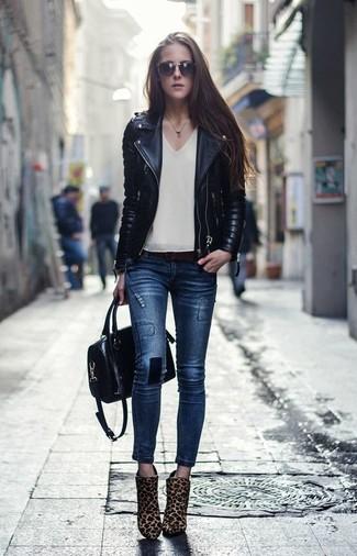 Cómo combinar: chaqueta motera de cuero acolchada negra, blusa sin mangas en beige, vaqueros pitillo azul marino, botines de pelo de becerro de leopardo marrón claro