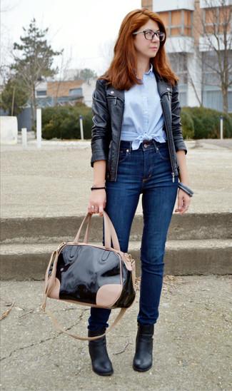 Cómo combinar: chaqueta motera de cuero negra, camisa de manga corta celeste, vaqueros pitillo azul marino, botines de cuero negros