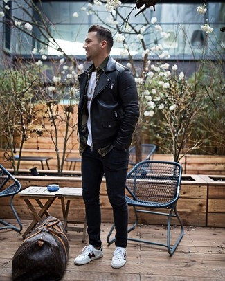 Cómo combinar: chaqueta motera de cuero negra, camisa de manga larga de camuflaje verde oliva, camiseta con cuello circular estampada blanca, vaqueros pitillo negros