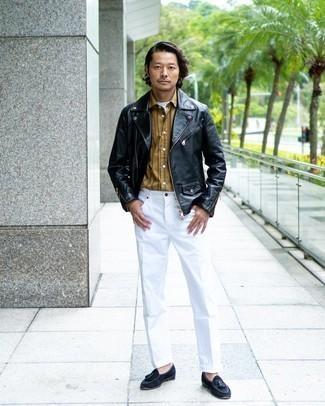 Cómo combinar una chaqueta motera de cuero negra: Casa una chaqueta motera de cuero negra con un pantalón chino blanco para conseguir una apariencia relajada pero elegante. Con el calzado, sé más clásico y elige un par de mocasín con borlas de ante azul marino.