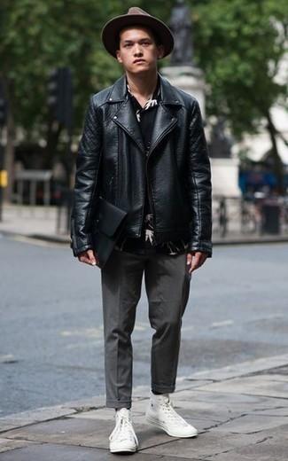 Cómo combinar una chaqueta motera de cuero negra: Ponte una chaqueta motera de cuero negra y un pantalón chino en gris oscuro para un almuerzo en domingo con amigos. Si no quieres vestir totalmente formal, haz zapatillas altas de lona blancas tu calzado.