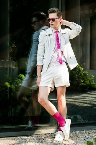 Cómo combinar: chaqueta motera de cuero blanca, camisa de manga larga rosada, pantalones cortos blancos, tenis blancos