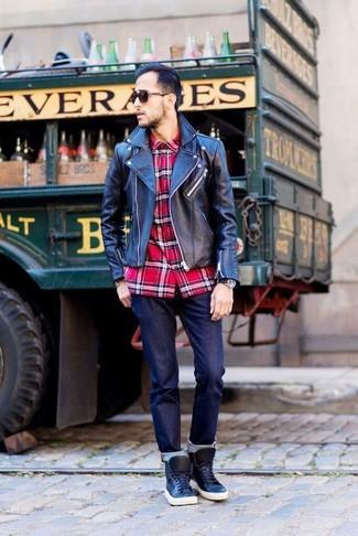 Cómo combinar: chaqueta motera de cuero negra, camisa de manga larga de tartán roja, vaqueros azul marino, zapatillas altas de cuero negras