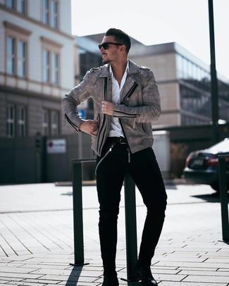 Cómo combinar: chaqueta motera de cuero gris, camisa de manga larga blanca, vaqueros negros, botines chelsea de cuero negros