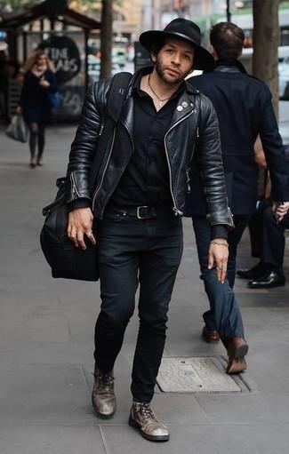 Cómo combinar una chaqueta motera de cuero negra: Intenta combinar una chaqueta motera de cuero negra con unos vaqueros negros para lidiar sin esfuerzo con lo que sea que te traiga el día. Opta por un par de botas casual de cuero en marrón oscuro para mostrar tu inteligencia sartorial.