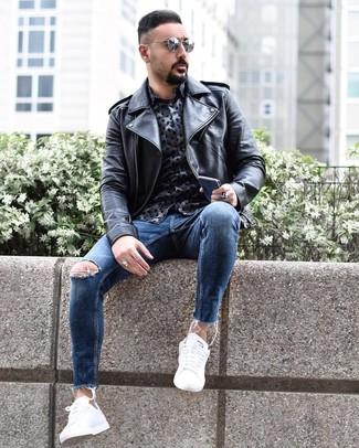 Cómo combinar: chaqueta motera de cuero negra, camisa de manga larga estampada azul marino, vaqueros pitillo desgastados azules, tenis blancos