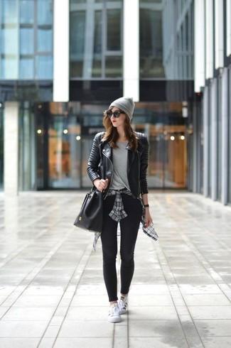 Cómo combinar: chaqueta motera de cuero acolchada negra, camisa de vestir de tartán gris, camiseta con cuello circular gris, leggings negros