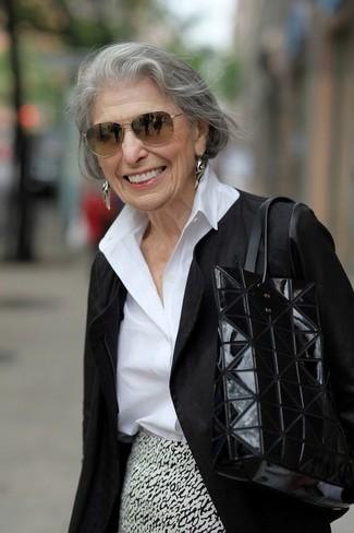 Cómo combinar: chaqueta motera negra, camisa de vestir blanca, falda lápiz estampada en blanco y negro, bolsa tote de cuero negra