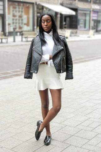 Outfits mujeres: Utiliza una chaqueta motera de cuero negra y una falda skater blanca transmitirán una vibra libre y relajada. Opta por un par de mocasín de cuero negros para destacar tu lado más sensual.