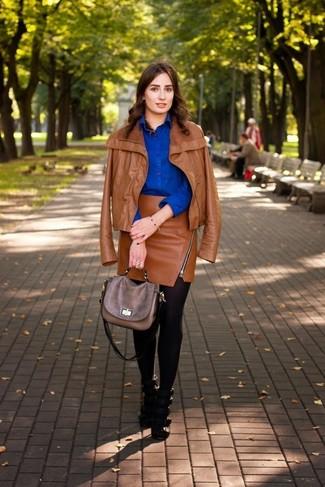 Cómo combinar: chaqueta motera de cuero en tabaco, camisa de vestir azul, minifalda de cuero en tabaco, sandalias de tacón de cuero negras