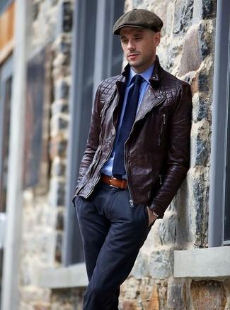 Cómo combinar: chaqueta motera de cuero en marrón oscuro, camisa de vestir azul, pantalón chino azul marino, gorra inglesa en gris oscuro
