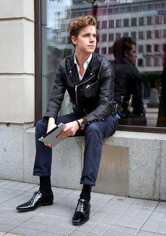 Cómo combinar: chaqueta motera de cuero negra, camisa de vestir blanca, pantalón chino azul marino, zapatos oxford de cuero negros