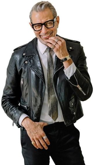 Cómo combinar: chaqueta motera de cuero negra, camisa de vestir blanca, pantalón chino negro, corbata estampada gris