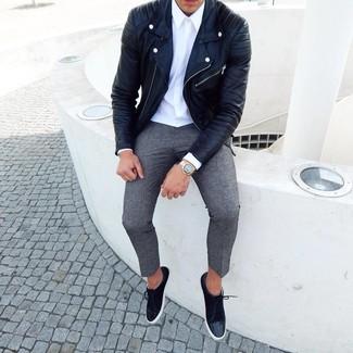 Cómo combinar: chaqueta motera de cuero negra, camisa de vestir blanca, pantalón chino de lana gris, tenis de ante negros
