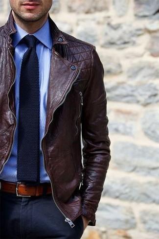 Cómo combinar: chaqueta motera de cuero en marrón oscuro, camisa de vestir celeste, pantalón de vestir azul marino, corbata de punto azul marino