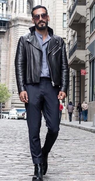 Cómo combinar: chaqueta motera de cuero negra, camisa de vestir gris, pantalón de vestir negro, botines chelsea de cuero negros