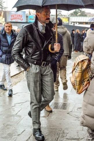 Cómo combinar un pantalón de vestir a cuadros: Si buscas un estilo adecuado y a la moda, haz de una chaqueta motera de cuero negra y un pantalón de vestir a cuadros tu atuendo. Botas casual de cuero negras son una opción práctica para complementar tu atuendo.