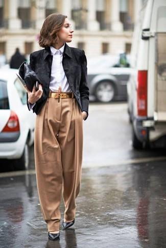 Cómo combinar: chaqueta motera de ante negra, camisa de vestir blanca, pantalones anchos marrón claro, zapatos de tacón de cuero negros