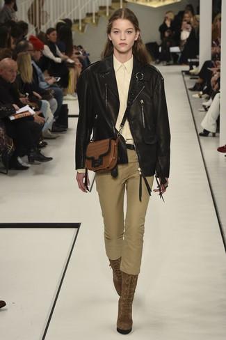 Cómo combinar: chaqueta motera de cuero negra, camisa de vestir amarilla, pantalones pitillo verde oliva, botines con cordones de ante marrónes