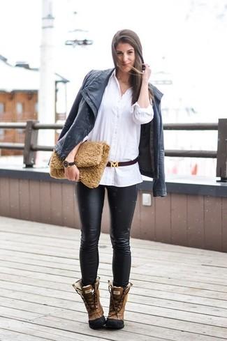 Cómo combinar: chaqueta motera de cuero negra, camisa de vestir blanca, pantalones pitillo de cuero negros, botas para la nieve de cuero marrónes