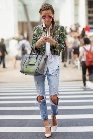 Cómo combinar: chaqueta motera con print de flores verde, camisa de vestir celeste, vaqueros boyfriend desgastados celestes, zapatos de tacón de cuero grises