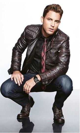 Cómo combinar: chaqueta motera de cuero en marrón oscuro, camisa de vestir negra, vaqueros pitillo azul marino, botas casual de cuero en marrón oscuro
