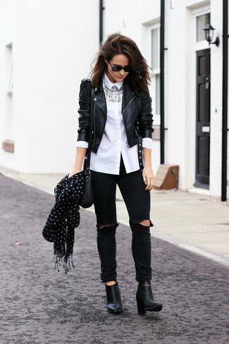 Cómo combinar: chaqueta motera de cuero negra, camisa de vestir blanca, vaqueros pitillo desgastados negros, botines de cuero negros