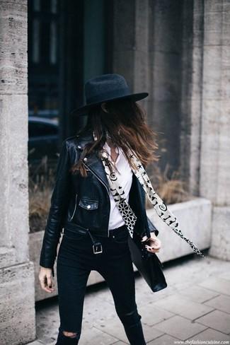 Cómo combinar: chaqueta motera de cuero negra, camisa de vestir blanca, vaqueros pitillo desgastados negros, sombrero de lana negro