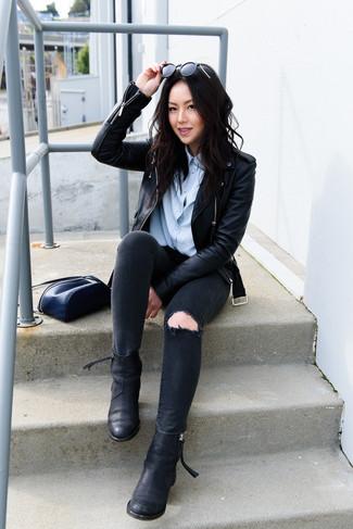 Cómo combinar: chaqueta motera de cuero negra, camisa de vestir celeste, vaqueros pitillo desgastados negros, botines chelsea de cuero negros