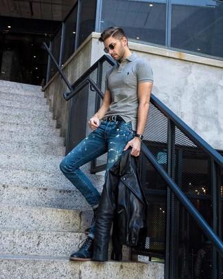 Cómo combinar: chaqueta motera de cuero negra, camisa polo gris, vaqueros con lavado ácido azules, botas casual de cuero negras