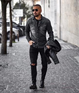 Cómo combinar: chaqueta motera de cuero negra, camisa vaquera en gris oscuro, camiseta con cuello circular negra, vaqueros desgastados negros